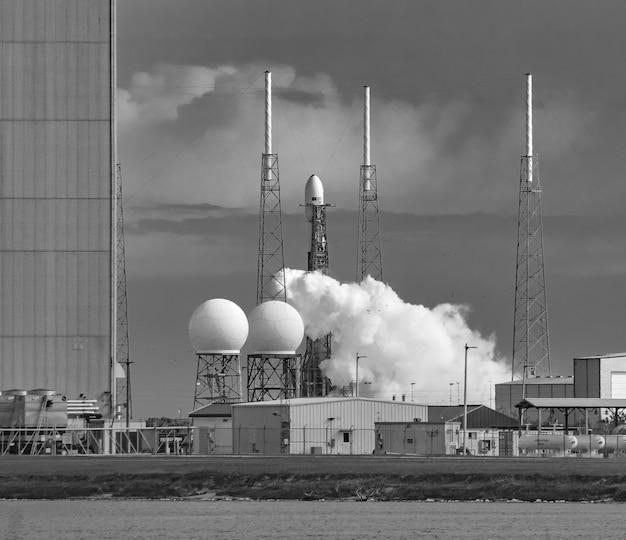 Запуск falcon 9 с полезной нагрузкой starlink 4 на стартовом комплексе 40, станция ввс на мысе канаверал Бесплатные Фотографии