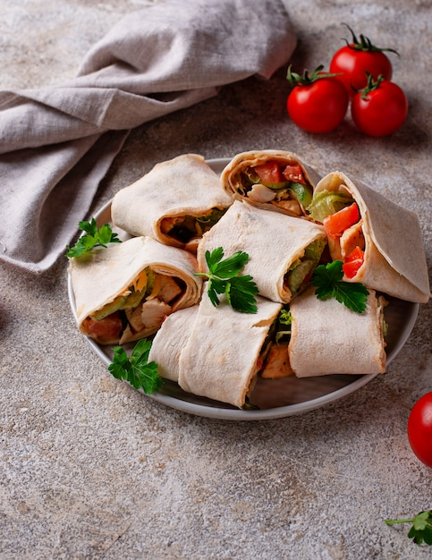 Lavash rolls with chicken and vegetables Premium Photo