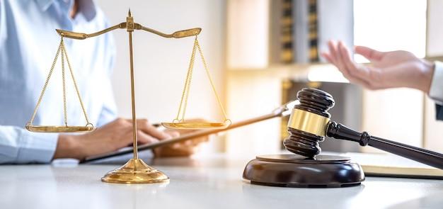 Консультации юристов в офисе Premium Фотографии
