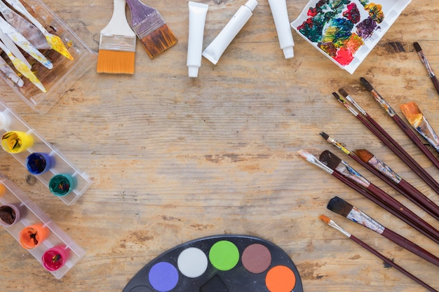 Lay out of various professional tools for painting Free Photo