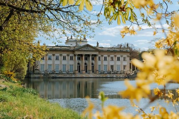 Королевский дворец лазенки весной в варшаве, польша Premium Фотографии