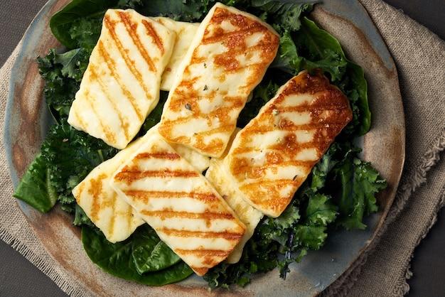 キプロス揚げハロウミチーズとヘルシーグリーンサラダ。 lchf、pegan、fodmap、paleo、scd Premium写真