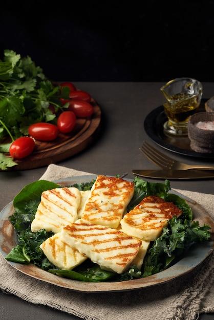 Жареный по-кипрски сыр халуми с полезным зеленым салатом. lchf, pegan, fodmap, палео Premium Фотографии