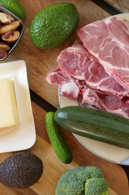 ケトジェニックダイエット、高脂肪食品、ケトジェニックダイエット、lchf。低炭水化物ダイエット。ケトダイエットのための製品のセット。 Premium写真