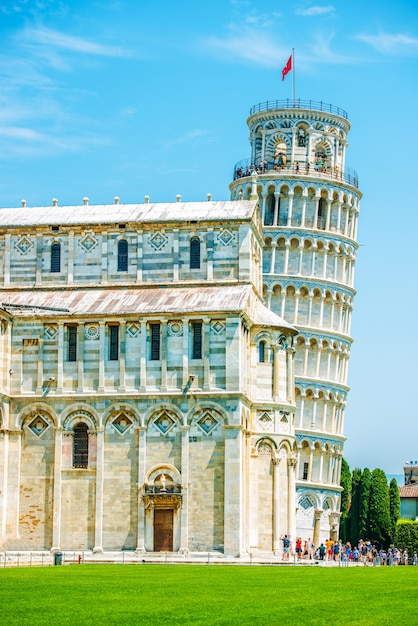 Leaning pisa tower in summer Free Photo
