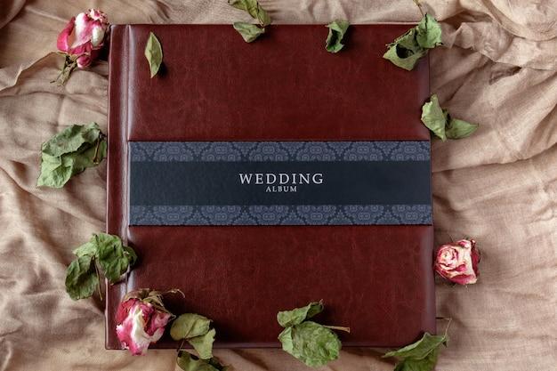 バラの花の装飾が施されたレザーカバーウェディングフォトアルバムトップビュー Premium写真