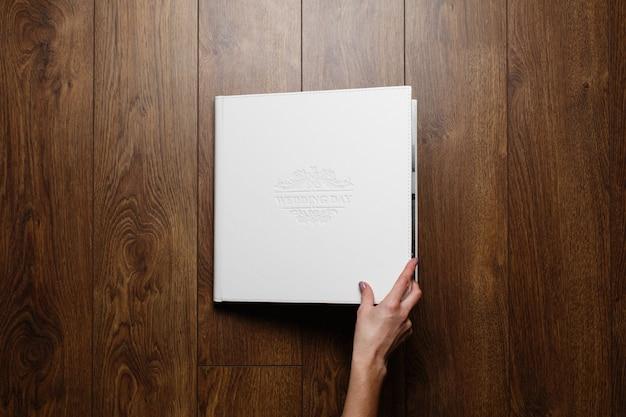 Кожаная фотокнига на деревянном фоне Premium Фотографии