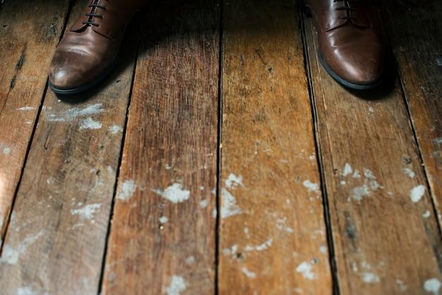木製の床の革靴 無料写真