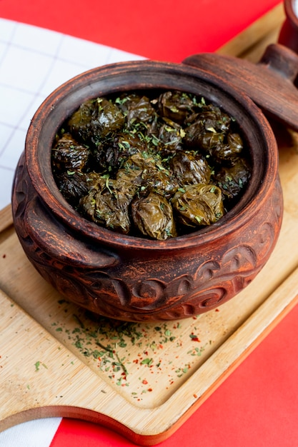 Leaves dolma served in clay pot Free Photo