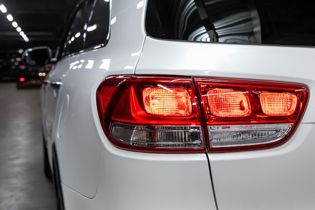Ledテールライトモダンな白いクロスオーバー車の1つの詳細を閉じます。外装ディテール自動車。 Premium写真