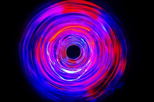 長時間露光で動くled赤と青の光が暗闇の中で撮影。 Premium写真