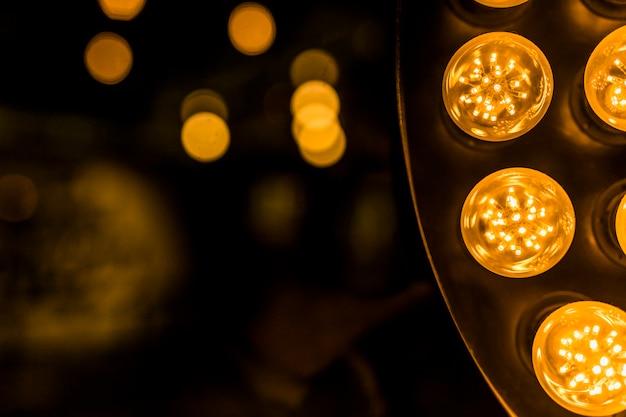 背景のボケ味に対して黄色のledライト 無料写真