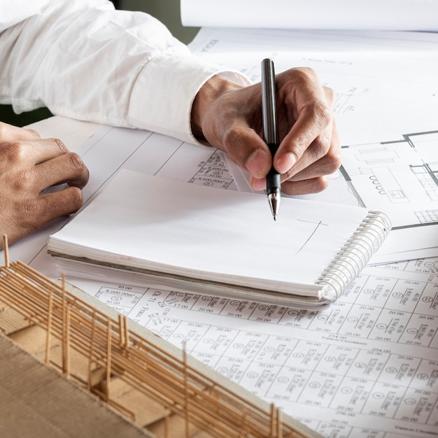 Левша рисует план Бесплатные Фотографии