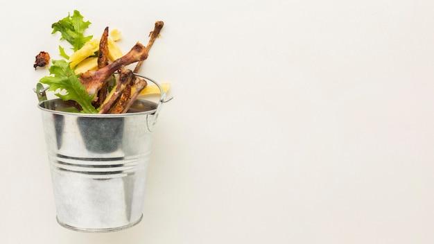 Spazio della copia del secchio dei rifiuti alimentari rimanenti Foto Gratuite