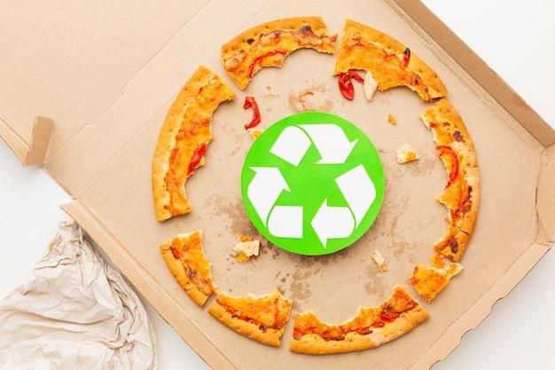 Avanzi di cibo pizza e simbolo di riciclo Foto Gratuite