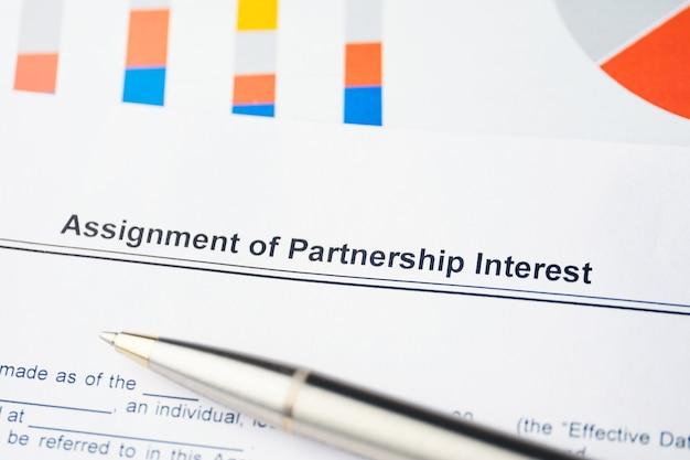 紙の上のパートナーシップの利益の法的文書の割り当て。 Premium写真