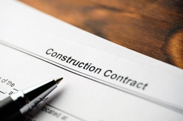 ペンで紙に法的文書建設契約 Premium写真