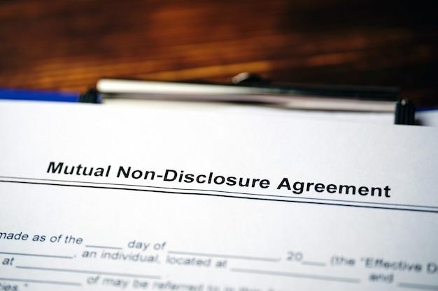 Юридический документ соглашение о взаимном неразглашении на бумаге. Premium Фотографии