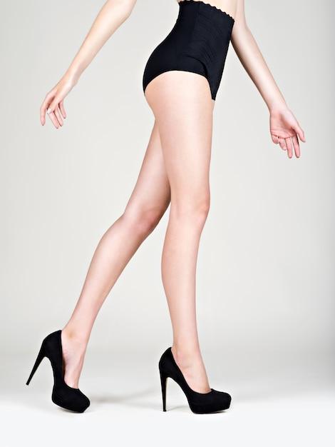 脚の女性ハイヒールファッション、黒のパンティー-スタジオ 無料写真