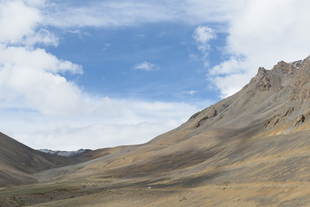 Leh-manali road in sunny day with bright blue sky, india Premium Photo