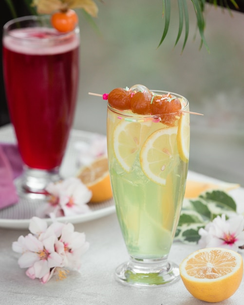 Lemon cocktail with fruit slices Free Photo