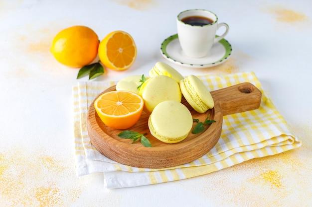 Лимонное миндальное печенье со свежими фруктами. Бесплатные Фотографии