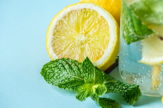 Lemon mint infused water recipe Free Photo