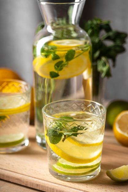 Fette di limone e foglie in acqua Foto Gratuite