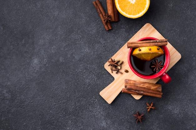 Чашка лимонного чая на деревянной доске с копией пространства остроумие Бесплатные Фотографии