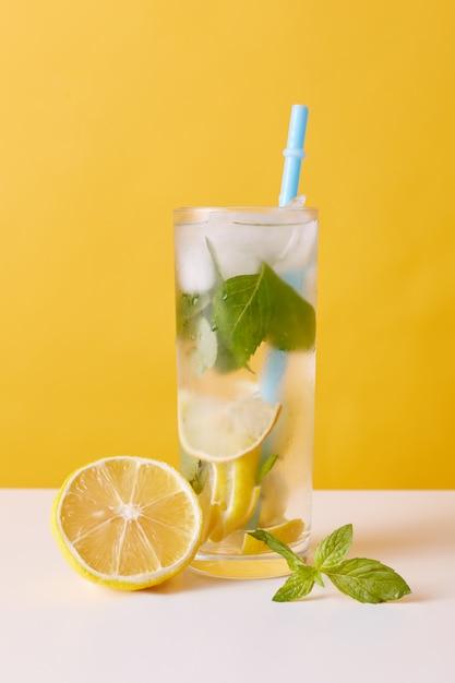 Limonata con cubetti di limone, menta e ghiaccio Foto Gratuite