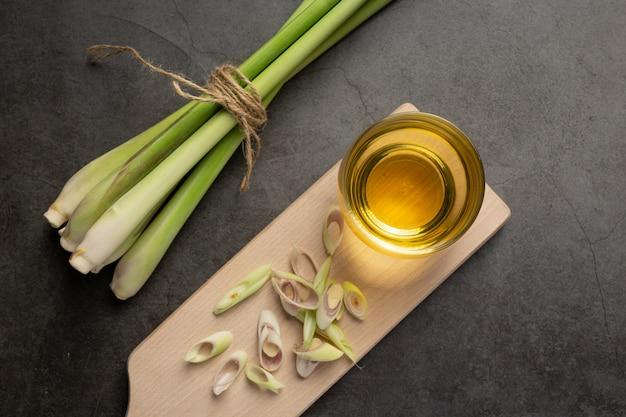 레몬 그라스 꿀과 레몬 주스 레몬 그라스 추출물의 식품 및 음료 제품 식품 영양 개념. 무료 사진
