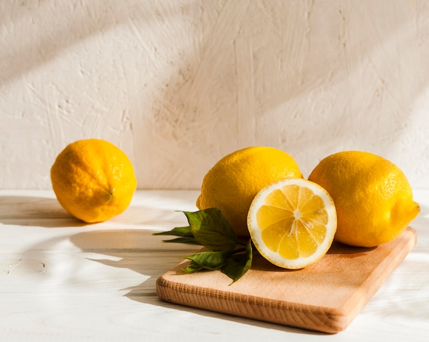 木の板にレモンの配置 無料写真