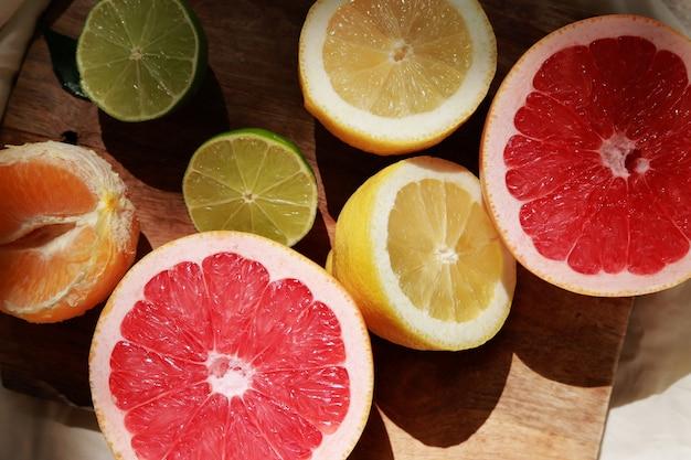 Лимоны, грейпфрут и лайм разрезать пополам Premium Фотографии