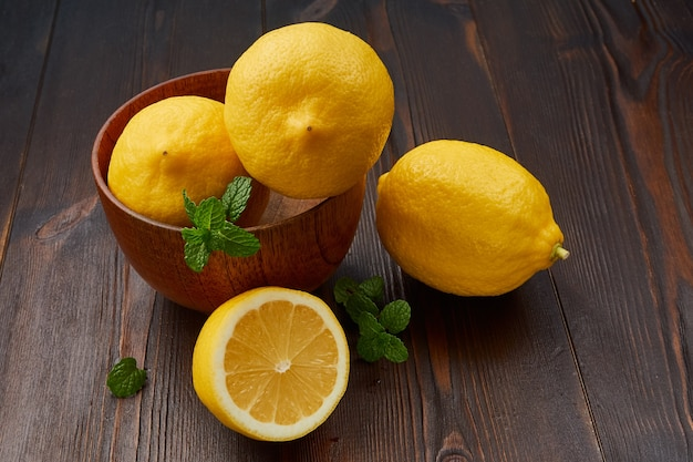 木のボウルにレモン Premium写真