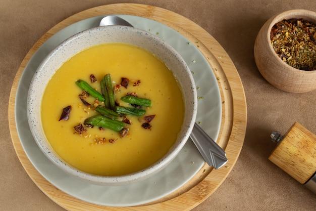 Lentil cream soup with paprika Premium Photo