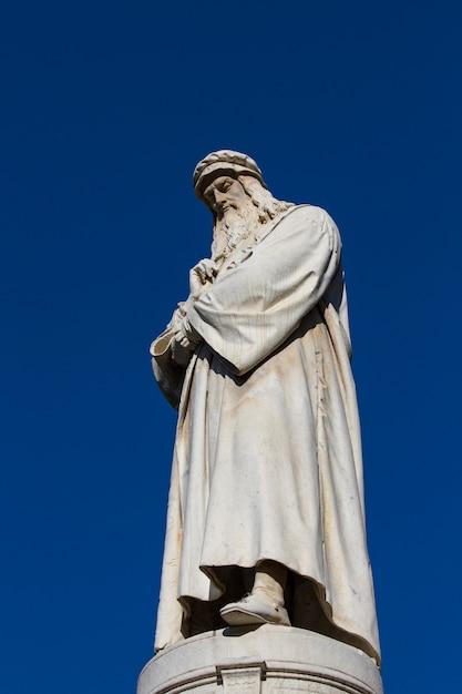 Leonardo da vinci monument in milan Premium Photo