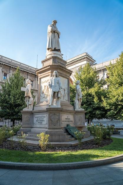 Leonardo's monument on piazza della scala, milan, italy. Premium Photo