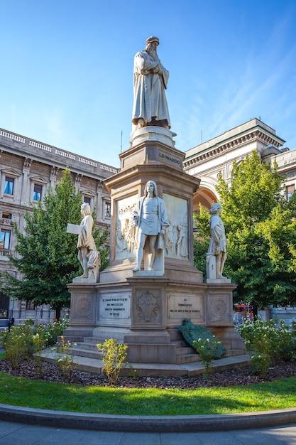 Leonardo's monument on piazza della scala Premium Photo