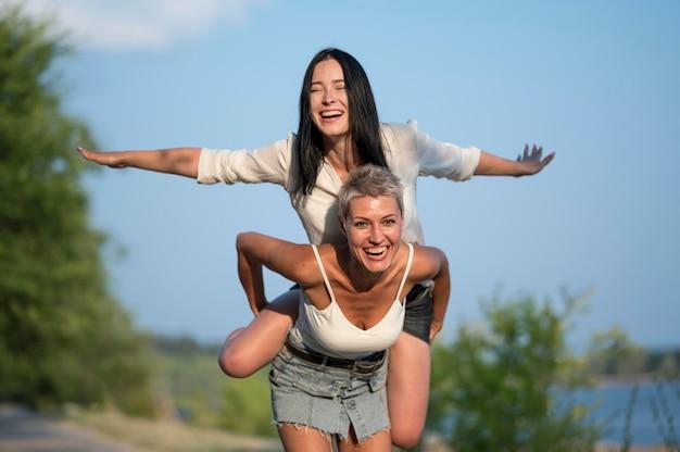 レズビアンカップルピギーバック乗り心地 無料写真