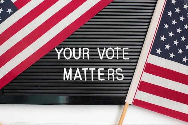 Знак letterboard со словами ваш голосование делает с американским флагом. выборы в сша. Premium Фотографии
