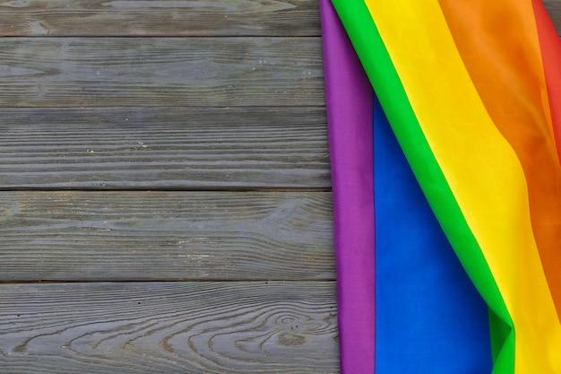 スタジオで撮影された木製のテーブルに虹lgbtフラグ Premium写真