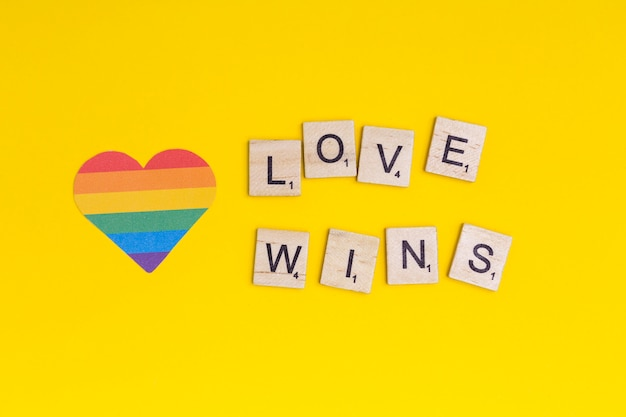 Lgbt значок сердца и слово любовь выигрывает на деревянных блоках Бесплатные Фотографии