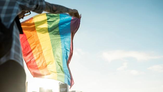 空の背景にlgbtの国旗 無料写真