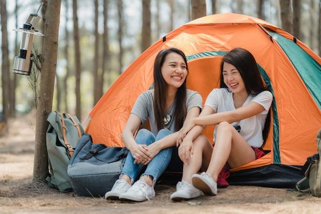 Lgbtqレズビアンの女性のカップルが一緒に森でキャンプやピクニック 無料写真