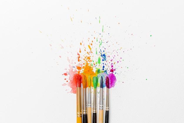 水彩絵の具と水彩絵の具の用紙にツツジの花のブラシの助けを借りて作られたlgbtqの色の概念 Premium写真