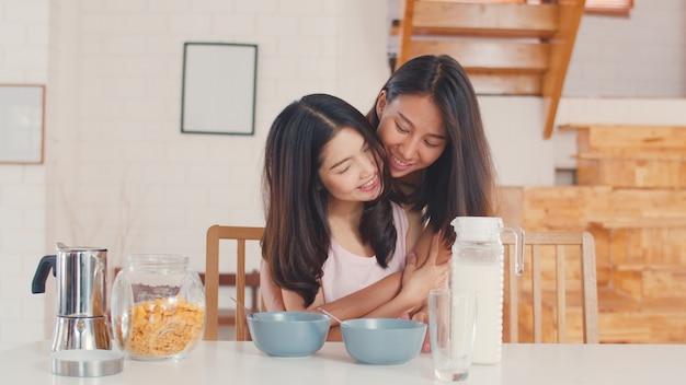 アジアレズビアンlgbtq女性カップル持っている朝食自宅 無料写真