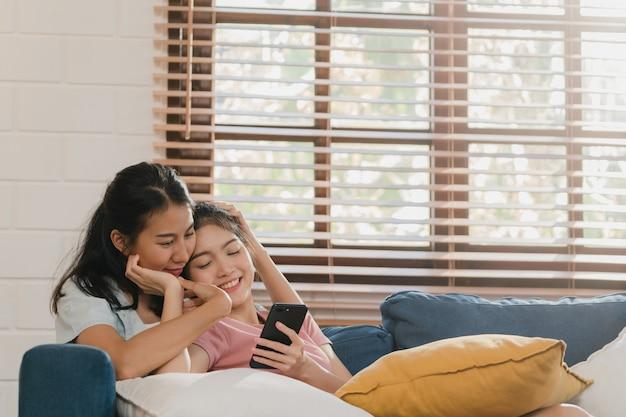 自宅で携帯電話を使用して若いレズビアンlgbtq女性カップル 無料写真