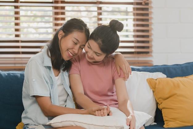 若いレズビアンlgbtqアジアの女性カップルの抱擁と自宅でキス 無料写真