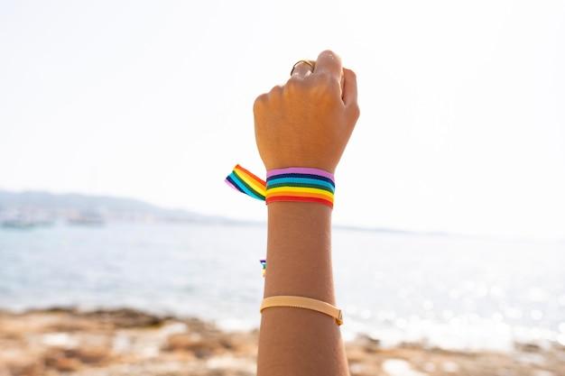 Браслет с флагом лгтб на пляже Premium Фотографии