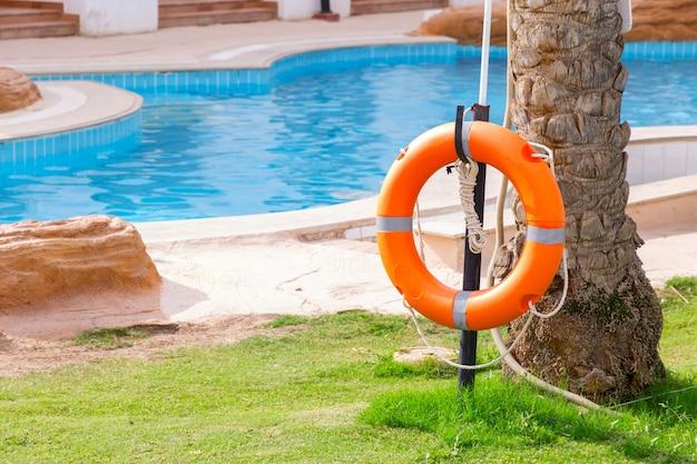 Спасательный круг на заборе, у бассейна на отдыхе в отеле Premium Фотографии